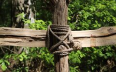 Holzkreuz im Wald
