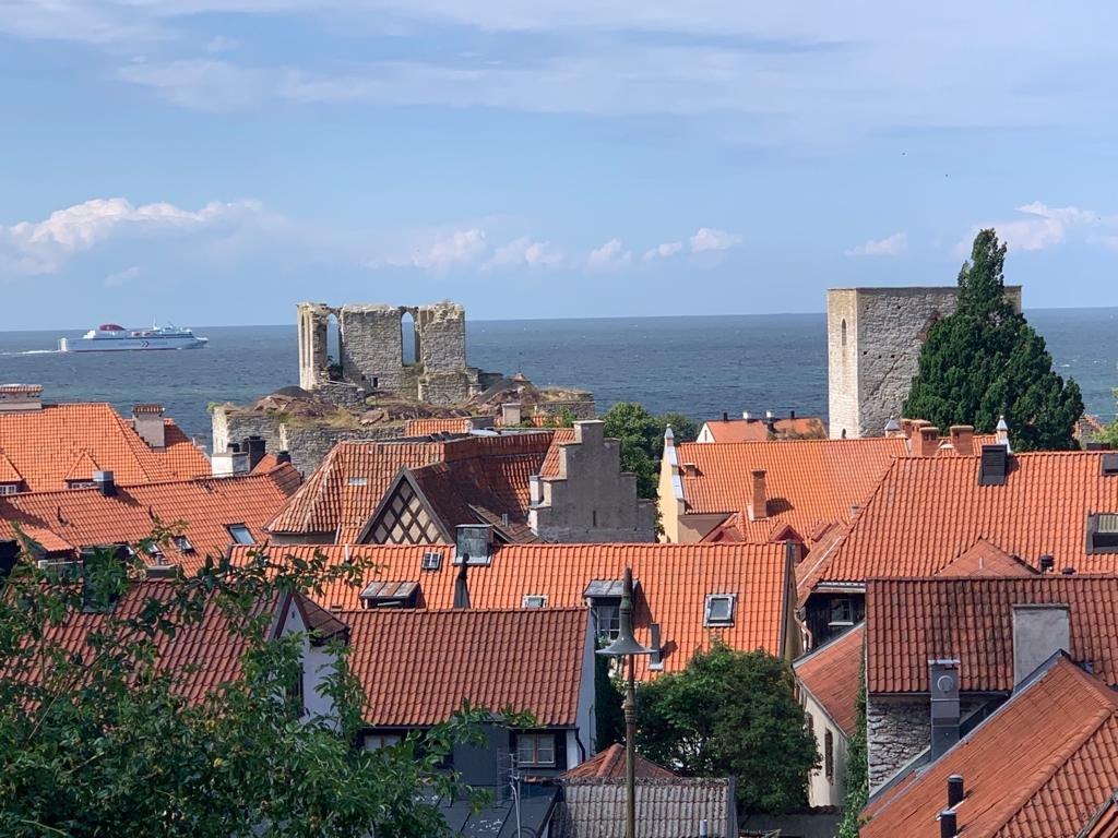Blick über Visby mit ablegender Fähre